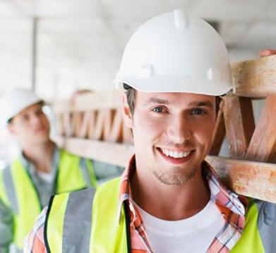 junger Mann auf der Baustelle