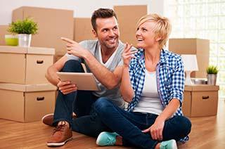 Junges Paar beim Einzug in die neue Wohnung