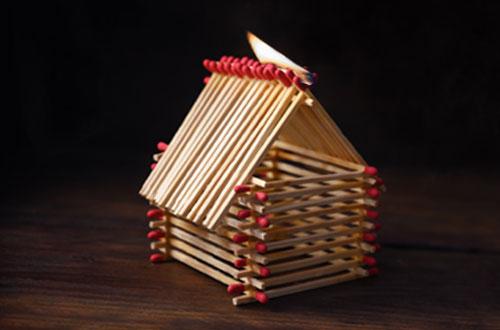 Haus aus Streichhölzern fängt Feuer