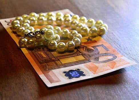 Euroscheine und Perlenhalskette