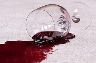 Weinglas auf dem Teppich